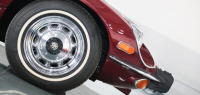 Jaguar E-Type 1972 wheel closeup view